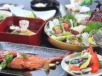 伊勢海老、金目鯛、地魚など、豪華な食の饗宴となる露天風呂が付いた客室用春料理『旬彩』の一例。