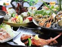 伊勢海老、金目鯛、地魚など、豪華な食の饗宴となる露天風呂が付いた客室用夏料理『旬彩』の一例。