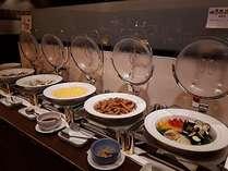 洋食では地元野菜のロースト、地魚のムニエルや、定番のスクランブルエッグなどをご賞味下さい。※一例