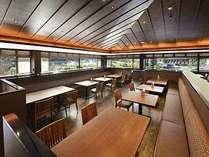 里山風景を愛でながら、明るい空間で朝食ビュッフェをお召し上がり頂けます。