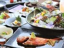 伊勢海老、金目鯛、地魚など、豪華な食の饗宴となる露天風呂が付いた客室用『旬彩』春の一例。