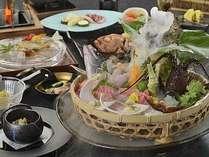 伊勢海老、金目鯛、地魚など、豪華な食の饗宴となる露天風呂が付いた客室用料理、旬彩・夏の一例。