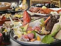 伊勢海老、金目鯛、地魚など、豪華な食の饗宴となる露天風呂が付いた客室用料理、旬彩・秋の一例。