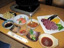 宿泊のお客様の夕食になります。鹿肉鉄板焼き・ワカサギ天ぷら・ヒメマス刺身(期間限定)がメインです