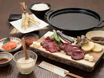 *[夕食スタンダード一例]鹿肉の鉄板焼きや阿寒湖産のワカサギ等、北海道の味覚が詰まった自慢の料理