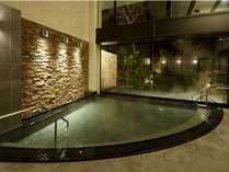大浴場の内湯と露天風呂はガラスを隔てて隣り合い、開放感たっぷり