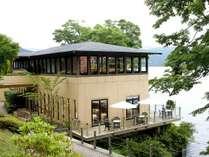 芦ノ湖畔に佇む「プレミアムショップ&サロン・ド・テ・ロザージュ」
