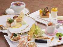伝統的な技法で季節の食材を仕上げる、フレンチディナー、魚介や野菜、香ばしい肉料理をお愉しみください