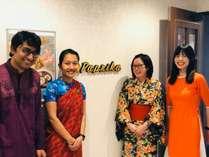 フロントでは、多国籍なスタッフがお出迎え♪自国の民族衣装を着て、お出迎えします☆