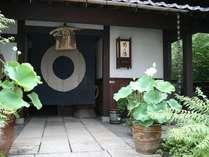 明るい玄関・・・暖簾をくぐるとクラシックでどこか懐かしい世界へと貴方をいざなう