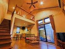 アジアンメゾネットのリビングとダイニングキッチン。窓の外は専用露天風呂。ゲストルーム広さ43平米