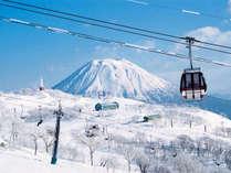 【ニセコアンヌプリ国際スキー場】雪原の向こうには白化粧の羊蹄山。ゴンドラでのシャッターポイント