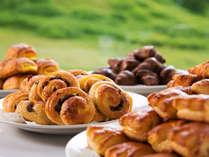 【朝食】  毎朝焼きあげられる、手作りパン。「焼きたてを、お好きなだけ」お召し上がりいただけます
