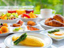 【朝食】 ふんわりオムレツに焼きたてパン♪フレッシュな野菜にフルーツ♪新鮮なおいしさをお好きなだけ。