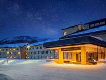 混じりけのない新鮮な空気と夜の静けさに包み込まれた、冬のニセコへようこそ。雪化粧でお迎え