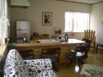 真新しいリビングにオープンキッチン。ゆったりとしたソファーも・・・