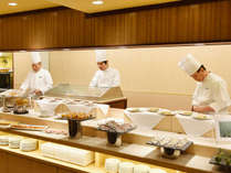 お客様の前で料理を仕上げるスタイルのオープンキッチン