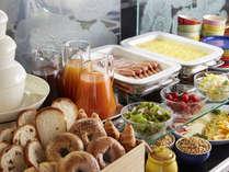 ・【朝食】和洋ブッフェスタイル。ビルの最上階に位置する「トランスブルー」にて。