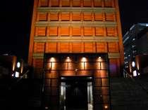 幻想的なライトによって映し出される、ホテル外観