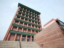 イタリアの巨匠建築デザイナー、アルド・ロッシによる美しい外観デザインは海外からも多くのファンが訪れる