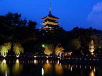 ライトアップされた興福寺の五重塔(通年)