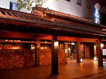 ライトアップされた飛鳥荘外観、旅館よりすぐ興福寺五重塔も通年ライトアップポイントあり♪