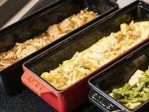 【朝食】めざめの力を与えてくれる、ひと手間加えた野菜料理や地元ならではの季節の1品。