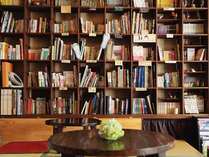 幅広いジャンルの本を取り揃えております。自由にご覧いただけます。
