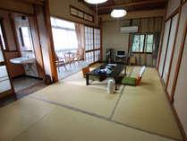 富士見屋本館|和室8畳(簡易洋式トイレ付き)。「桔梗」はコンパクトながら落ち着くレトロな雰囲気。