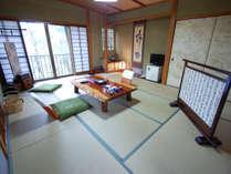 離れ山荘 和室の一例。「鳥」は、和室10畳・トイレ付き。窓からはJR山陰線の線路を見下ろします。