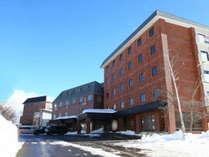 冬のホテル外観。晴れた日は思いっきり澄んだ空気を吸い込んで。