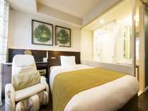 セミダブルユース 15平米のお部屋。写真は入り口側シャワーブースのタイプ。足元からの大きな窓で明るい空間