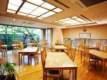 お食事は館内のレストランにて。清潔感漂う館内です。