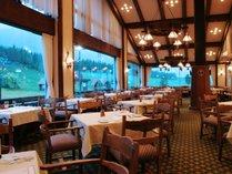 山々を望む特等席はメインダイニング「ベルビュー」で。クラシックホテルのような雰囲気も楽しめる
