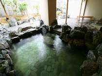 露天風呂。四季折々の景観を眺め、開放的な湯浴みをお楽しみください。