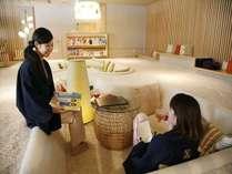 ふわふわの絨毯が心地良いごろごろスペースで読書やおしゃべり♪