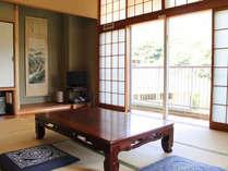 落ち着いた趣きのある和室。足を延ばしてお寛ぎください。