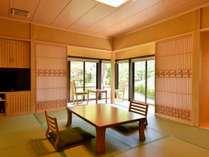 大原の山々と専用日本庭園を望み、チェックアウトまでいつでもご利用いただける専用露天風呂付の客室。