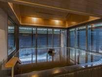 【大湯処:月華】約10名が一度にお入り頂ける広々とした浴槽で天然温泉をご堪能いただけます。