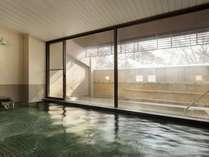 大浴場(内湯)。開放的な窓の空間とともに、やわらかな泉質の白馬姫川温泉を。