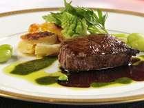 夕食は十勝フレンチのフルコースで。地元中札内・十勝産にこだわる旬食材をシェフが様々な手法で調理。