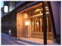 夜の石畳通りに映える当館の玄関