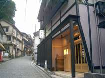 湯平温泉石畳通り入り口から望む当館