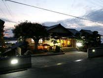 当館外観(夜) 皆様のお越しをお待ちしています。