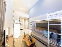ロフト付きのリビングルームです。奥にはキッチンもございますので、旅先でも料理を楽しむことができます♪