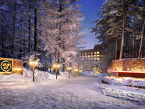【外観/冬】雪につつまれた夕刻の「草津ナウリゾートホテル」