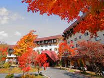 【外観/秋】敷地内が色付く紅葉が美しい季節。