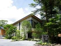 【外観】重厚なデザインのホテルのバックには軽井沢を象徴する離山が綺麗に望めます。