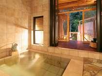 大きなタイルで開放感抜群の風呂。男女別なのでグループでも家族構成も気にせずゆったりと利用できます。