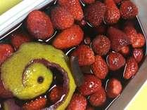 イチゴの赤ワインコンポート深い赤色の大人味